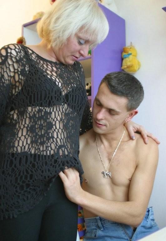 транссексуал побаловал молодые парни соблазняют старых женщин удержалса потом полез