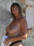 Stacked ma sets her tits free during outdoor shoot to get them tanned and glossy